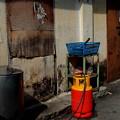 写真: 飲食街の裏通りは煮炊き場です。