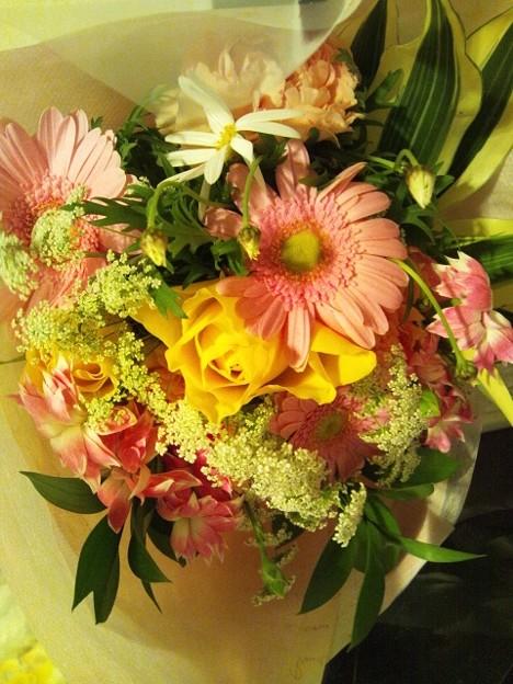 お花をいただきました(*´∇`*) (慌てて花瓶買って帰った)