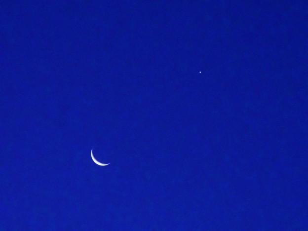 写真: 12月8日の三日月と暁の星(金星)