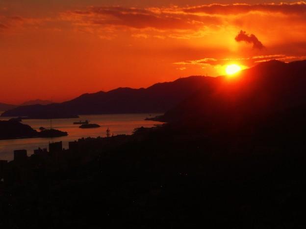 竜王山の向こうに夕陽が沈むころ、雲間から竜王が姿を現した。