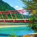 赤い橋と緑の山