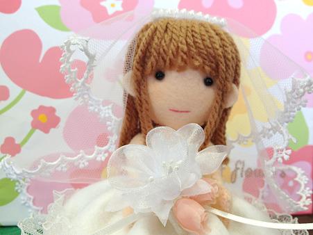 ウェディングドレスの人形