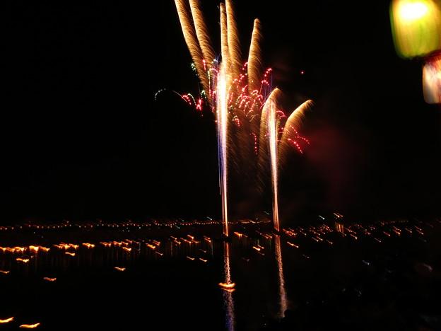 水橋橋まつり 幻想的な白岩川の御神灯流しと眼前の花火大会