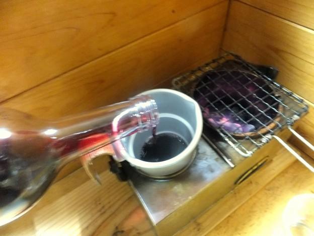 Photos: 赤ワインを注ぐ