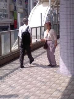 チラシ配布中(7月1日、大船駅)