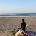 写真: 波をみる女(ひと)