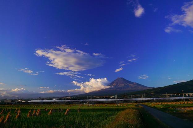 秋の富士山にN700系