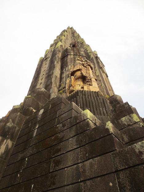 平和の塔「奇御魂像」