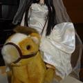 ウェディングドレス(ローズリエール)を着て馬に乗るREINA