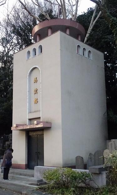 東京競馬場正門前の府中馬霊塔