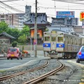 Photos: 電車と車が仲良く走る。