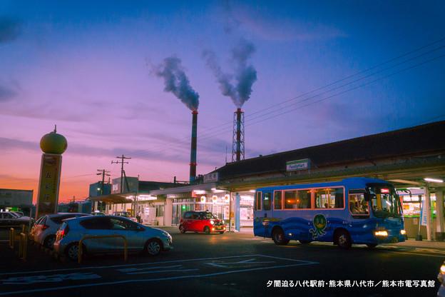 夕闇迫る八代駅前。