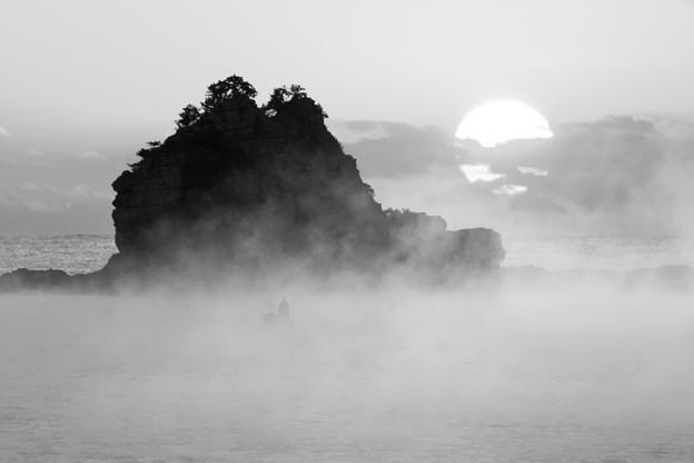 厳冬の朝、海霧立つ