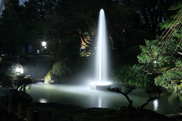 雨の兼六園 噴水