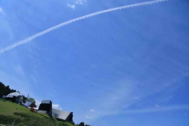 飛行機雲と能登島ガラス美術館