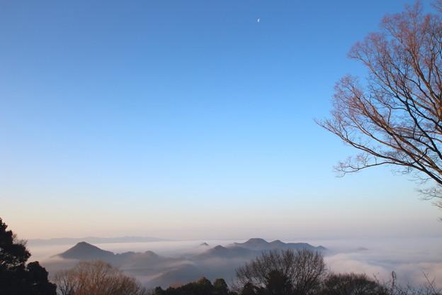 半月と雲海の有馬富士