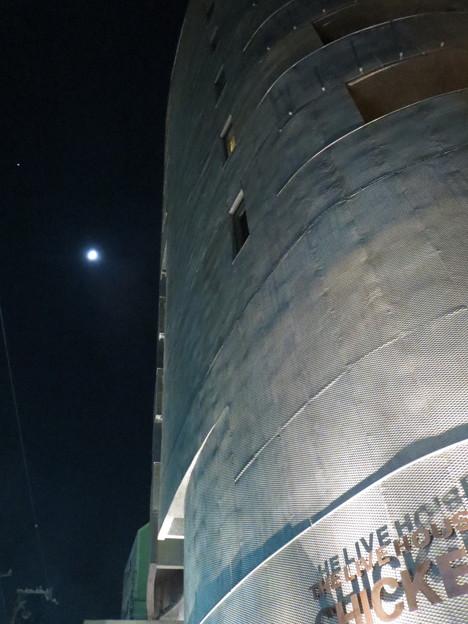 ライブハウスと月