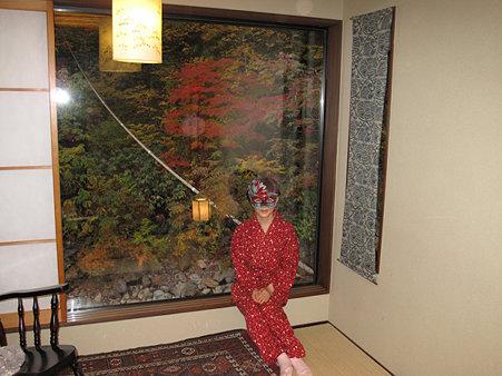 妙の湯部屋窓・赤マスク1