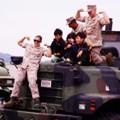 Photos: 大きい海兵隊特殊車両のボンネットの上で・・