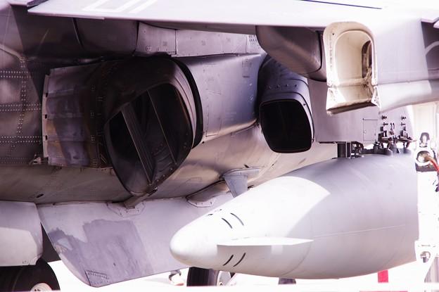 垂直飛行支えるエンジンノズル・・AV-8Bハリアー