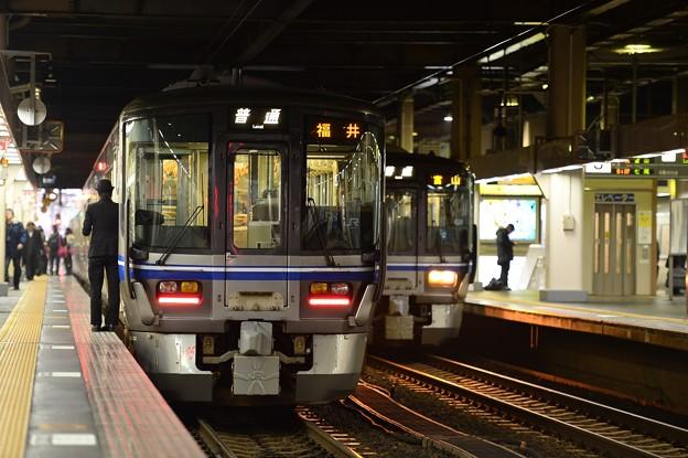 朝の金沢駅 出発を待つ風景・・521系 20150215