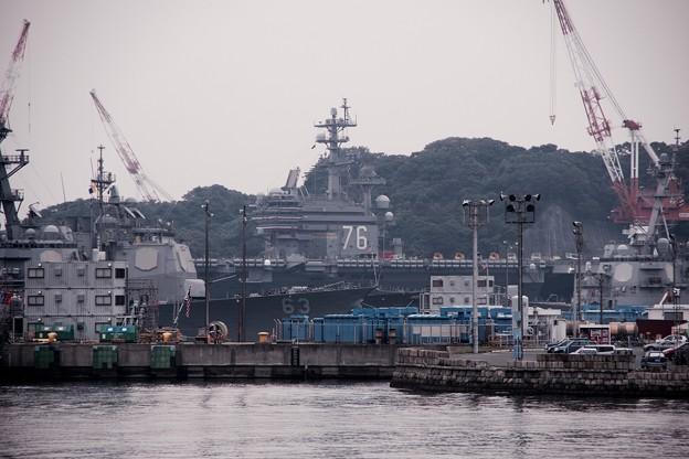 護衛艦あたごの甲板から見えた原子力空母ロナルドレーガン。。10月10日