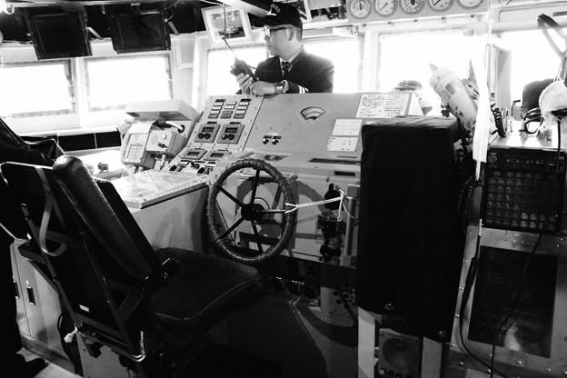 モノクロの風景。。護衛艦あたごの操縦席。。横須賀基地一般公開10月10日