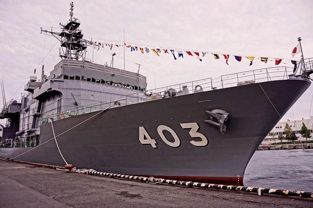 横浜新港埠頭に停泊中。。潜水艦救難艦ちはや船体。。10月11日