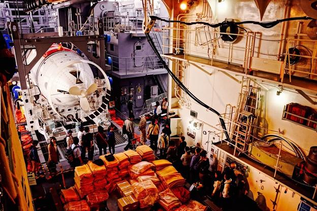 潜水艦救難艦ちはやの船内。。救出用の潜水艇格納庫。。船橋へ。。10月11日
