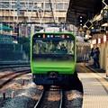 横須賀線保土ヶ谷駅を通過して。。山手線新型車両235系。。20151129
