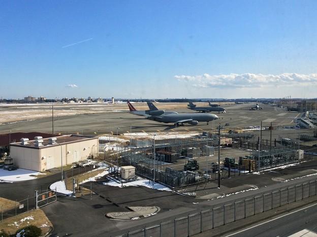 大型が駐機されているので雪残る横田基地。。20160122