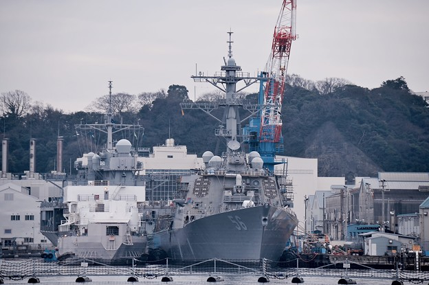 軍港めぐり遊覧船に乗って見る米海軍横須賀基地。。ミサイル駆逐艦ジョンSマケイン メンテナンス中。。20160131