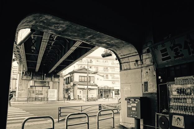 高架下の国道駅を出ると。。国道15号線風景。。20160206