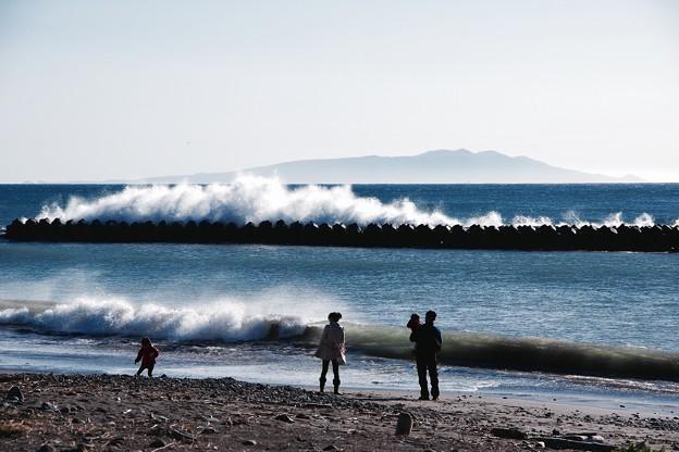 伊豆河津町から見る相模湾の海 波しぶきあげて。。奥には伊豆大島 20160221