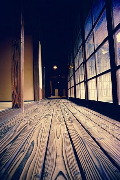 木のぬくもりの廊下。。江戸東京たてもの園 20160313