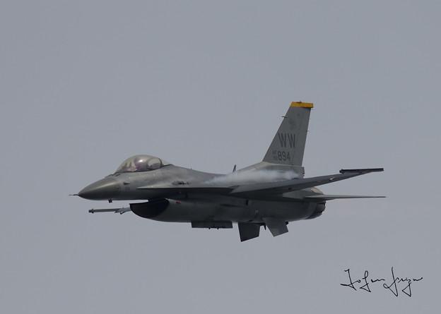 写真: F-16進入