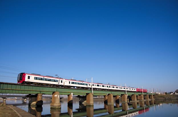 豊川橋梁を渡る名鉄2200系