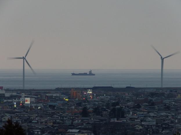 コンテナ船・風車×2