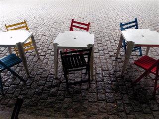 開店を待つ椅子たち