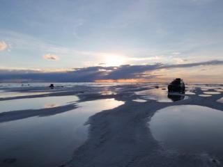 写真: 塩湖の夕暮れ