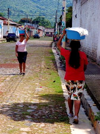 頭に物を載せて運ぶ女性たち