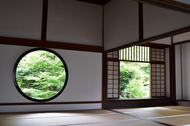 丸い「悟りの窓」と四角の「迷いの窓」@源光庵