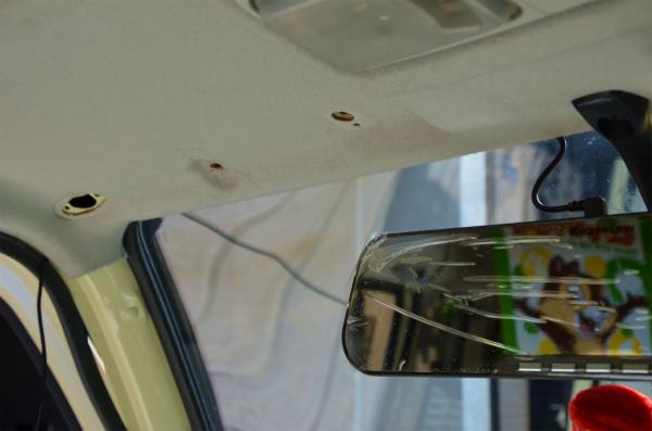 天井内装材とドアのウェザーストリッパーの中に配線