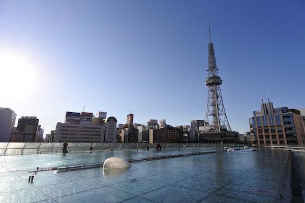 真っ青な空と輝く太陽と名古屋テレビ塔