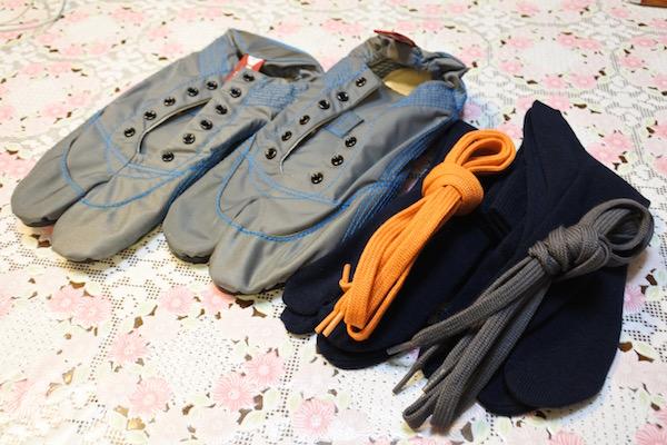 出張カバンになんとか入る大きさのランニングシューズ=ランニング足袋