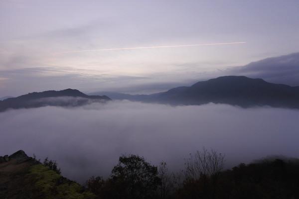 飛行機雲を描きながら飛んでいく姿を眺める