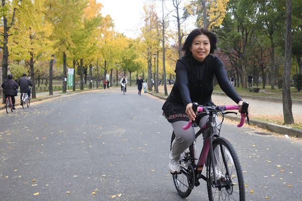 大阪城内の銀杏並木を走り抜ける