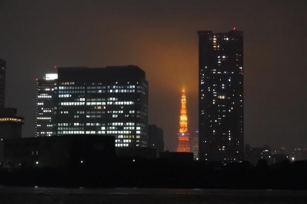 小雨がぱらつく天気で東京タワーが霞んで見える