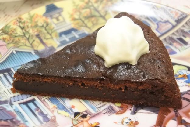 次男手作り作りたてのガトーショコラを頂きます。