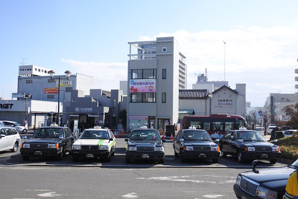 地方都市の駅前で普通に見られる光景の中の普通でない部分